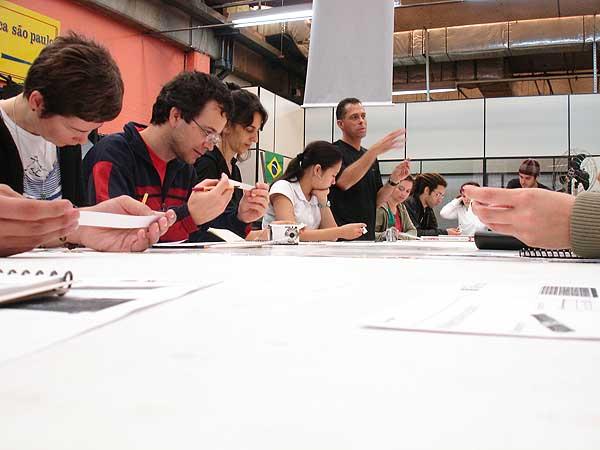 Marcos Mello, lecionando o Módulo I de composição tipográfica manual