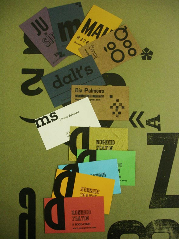 Cartões de visita feitos com tipografia manual