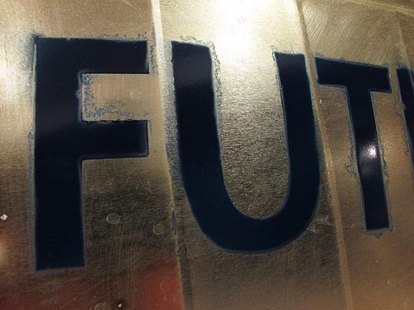 Tipografia experimental FUTURA, feita em ferrugem
