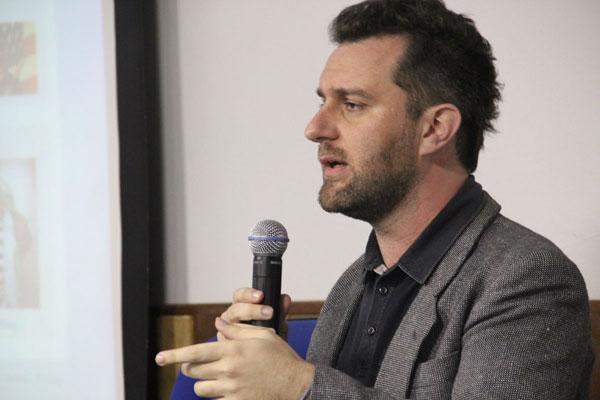 """Apresentação do tema """"Como fugir das fórmulas prontas de design nas redes?"""", na Faculdade Cásper Líbero. Foto: Pedro Brum de Mello"""