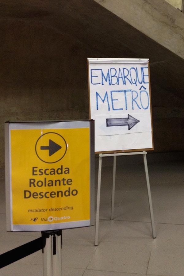 Cartaz de sinalização do Metro Linha Amarela
